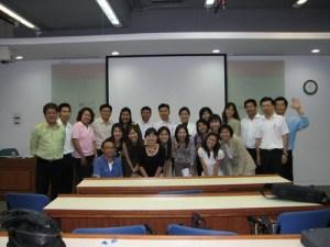 ช็อตชักรูปหมู่สมาชิก XMBA16 กับอาจารย์พรวรรณ